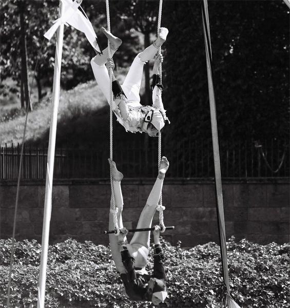 acrobat-(6)